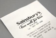 Sainsbury a publié mercredi pour la troisième année consécutive un bénéfice courant en baisse, malgré le coup de pouce lié au rachat l'an dernier du distributeur non-alimentaire Argos. /Photo d'archives/REUTERS/Neil Hall