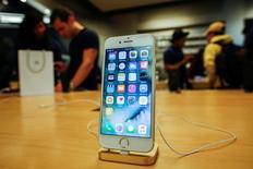 Смартфон iPhone 7 в магазине Apple Inc. в Нью-Йорке. Apple Inc отчиталась о неожиданном снижении продаж iPhone во втором квартале, указав на то, что покупатели, возможно, хотят дождаться выхода юбилейного смартфона компании позднее в этом году.  REUTERS/Eduardo Munoz