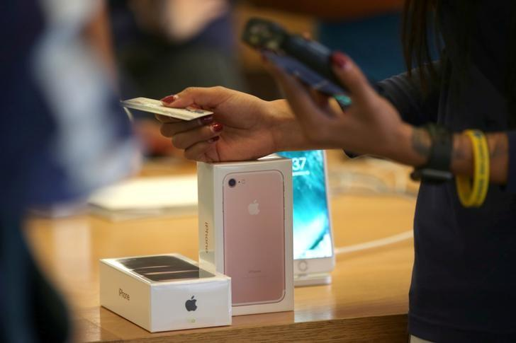 A customer buys the new iPhone 7 smartphone inside an Apple Inc. store in Los Angeles, California, U.S. on September 16, 2016. REUTERS/Lucy Nicholson/Files
