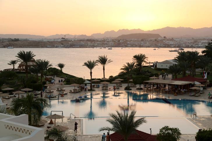 资料图片:2015年11月,埃及沙姆沙伊赫一家酒店的泳池和纳马湾 (Naama Bay) 全景。REUTERS/Asmaa Waguih