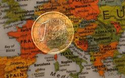 La economía de la zona euro comenzó el año con un crecimiento robusto que superó ampliamente al de Estados Unidos, según mostraron el miércoles estimaciones preliminares de la agencia europea de estadísticas. En la imagen de archivo, una ilustración con exposición múltiple muestra una moneda de un euro y un mapa de Europa.  REUTERS/Kai Pfaffenbach