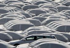 Las ventas de coches nuevos en Alemania bajaron un 8 por ciento en abril, con un descenso del 19 por ciento en los vehículos diésel mientras los políticos debaten imponer prohibiciones sobre esta tecnología en determinadas zonas o reequipar viejos motores con un mejor control de emisiones para atajar la contaminación. En la imagen, coches de Volkswagen  protegidos antes de ser distribuidos para su venta, en Emden, Alemania, el 24 de abril de 2009.     REUTERS/Christian Charisius/File photo