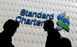 La banque britannique Standard Chartered discute avec les autorités compétentes en vue de faire de Francfort la base de ses activités en Europe afin de conserver un accès au marché unique européen lorsque la Grande-Bretagne sera sortie de l'UE. /Photo d'archives/REUTERS/Bobby Yip