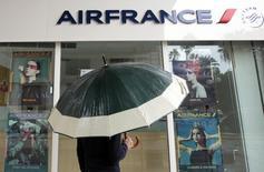 Air France a annoncé mercredi avoir soumis à ses pilotes un nouveau projet d'accord visant à la rendre plus compétitive, concluant des négociations que les syndicats, eux, veulent poursuivre. /Photo d'archives/REUTERS/Eric Gaillard