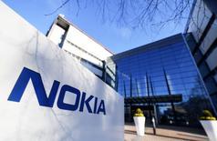 L'équipementier finlandais Nokia prévoit de mettre en vente ses câbles sous-marins, un actif stratégique hérité du rachat de l'ex-fleuron français Alcatel bouclé l'an dernier. /Photo prise le 27 avril 2017/REUTERS/Lehtikuva/Vesa Moilanen