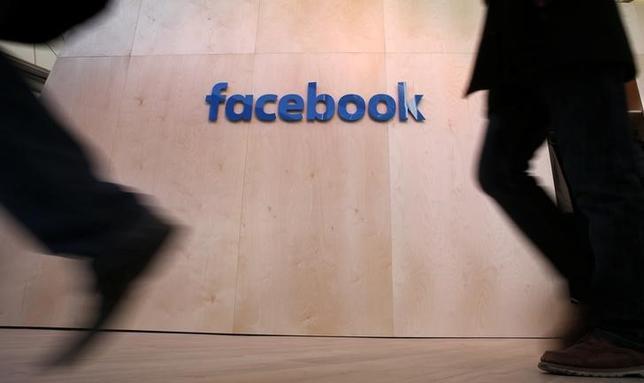 5月3日、交流サイト最大手の米フェイスブックが発表した第1・四半期決算は、モバイル広告が好調となるなか、利益が77%増加した。写真は昨年2月ベルリンで撮影されたフェイスブックのロゴ(2017年 ロイター/Fabrizio Bensch)