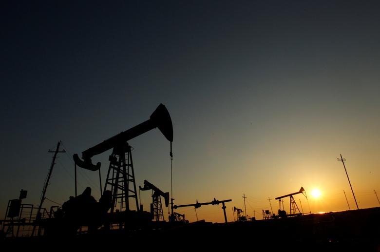 FILE PHOTO: Pump jacks are silhouetted against the rising sun at an oilfield in Baku, Azerbaijan, January 24, 2013.   REUTERS/David Mdzinarishvili/File Photo