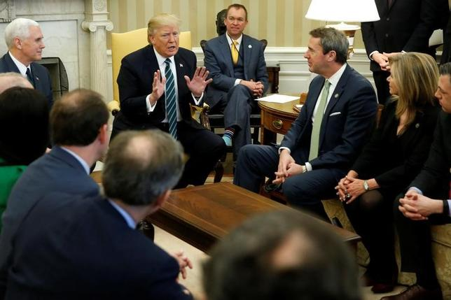 1日、米議会の与野党が合意した9月末までの予算案を見ると、トランプ氏が国境の壁建設や環境問題、医療保険制度改革法(オバマケア)対応などで示してきた強気姿勢はすべてはったりに終わる結果になってしまった。写真はホワイトハウスで3月撮影(2017年 ロイター/Jonathan Ernst)