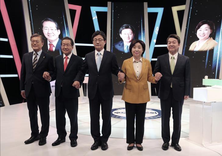 2017年5月2日,韩国总统大选五位候选人在电视辩论活动前合影。REUTERS/Ahn Young-joon