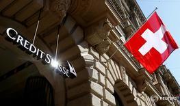 """Credit Suisse a versé 400 millions de dollars (367 millions d'euros) pour régler des litiges portant sur la vente de créances immobilières titrisées (MBS) à des organismes de crédit mutualistes (""""credit unions) américains. /Photo prise le 24 avril 2017/REUTERS/Arnd Wiegmann"""
