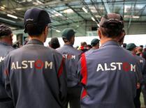 Alstom a annoncé jeudi un recul plus réduit que prévu de ses prises de commandes au premier trimestre tout en ramenant son cash flow libre dans le vert et en améliorant sa marge d'exploitation d'un demi-point à 5,8%. /Photo prise le 19 décembre 2016/REUTERS/Vincent Kessler