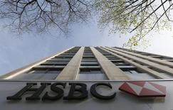 HSBC Holdings a publié jeudi un bénéfice imposable en baisse de 19% au premier trimestre, la première banque européenne par les actifs luttant toujours pour redresser ses revenus après sa restructuration. /Photo d'archives/REUTERS/Gonzalo Fuentes