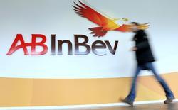 Логотип Anheuser-Busch InBev на здании штаб-квартиры компании в Левене. Крупнейшая в мире пивоваренная компания Anheuser-Busch InBev отчиталась о меньшем, чем ожидалось, увеличении прибыли в первом квартале из-за снижения показателей в США и Бразилии, на двух крупнейших рынках компании.  REUTERS/Francois Lenoir/File photo