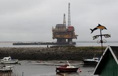 Нефтяная платформа  Brent Delta. Цены на нефть сохраняют отрицательную динамику утром в четверг из-за оказавшегося слабее прогнозов снижения запасов в США. REUTERS/Darren Staples