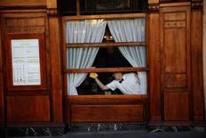 El sector servicios de España creció en abril a su ritmo más rápido desde el mes de agosto de 2015, según mostró una encuesta hecha pública el jueves, y las presiones inflacionistas apenas hicieron mella en el crecimiento. En la imagen, un camarero limpia las ventanas de un restaurante en el centro de Madrid, 4 de enero de 2017. REUTERS/Susana Vera