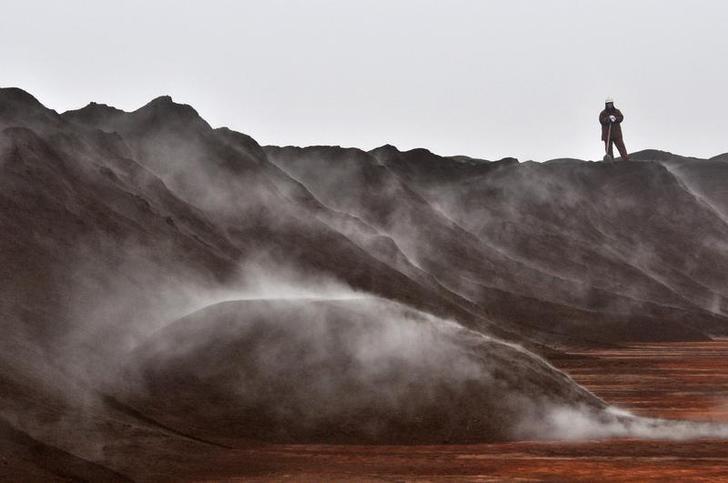 资料图片:2010年3月,天津港堆放的澳洲进口铁矿石。REUTERS/Vincent Du