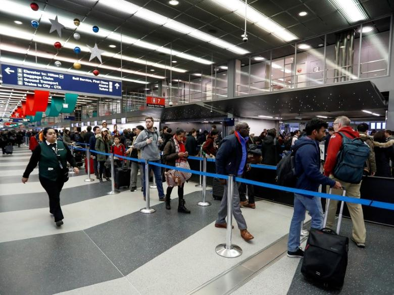 FILE PHOTO: Travelers wait in a security check point line at O'Hare Airport before the busy Thanksgiving Day weekend in Chicago, Illinois, U.S., November 23, 2016. REUTERS/Kamil Krzaczynski