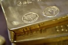 Золотые слитки. Цена на золото упала до минимума шести недель в четверг из-за укрепления доллара на ожиданиях, что Федрезерв США может повысить ставки уже в июне.  REUTERS/Mariya Gordeyeva