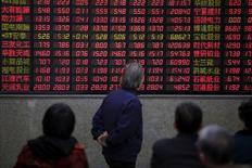 Инвесторы в Шанхае смотрят а табло с данными об акциях. Китайские фондовые индексы расширили потери в четверг и завершили торги на трехмесячных минимумах, поскольку исследование, указавшее на замедление роста активности в секторе услуг страны, вызвало обеспокоенность по поводу усиливающихся экономических рисков. REUTERS/Aly Song/File Photo