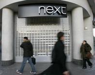Магазин Next в Лондоне. Британский ритейлер одежды Next в четверг ухудшил годовой прогноз прибыли на фоне снижения числа покупателей в его магазинах в первом квартале.  REUTERS/Andrew Winning (BRITAIN)