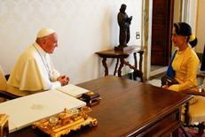 Le Vatican et la Birmanie ont totalement rétabli leurs relations diplomatiques jeudi après un entretien entre le pape François et la dirigeante birmane Aung San Suu Kyi. /Photo prise le 4 mai 2017/REUTERS/Tony Gentile