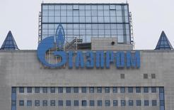 Логотип Газпрома на штаб-квартире компании в Москве 24 февраля 2015 года. Российский Газпром готов привлечь партнера в совместное предприятие по разработке Тамбейской группы месторождений на Ямале, которыми интересовался крупнейший в РФ частный производитель газа Новатэк. REUTERS/Maxim Zmeyev