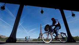 Le tribunal administratif de Paris a rejeté jeudi un recours de JCDecaux demandant l'annulation de l'attribution de Vélib à un consortium rival. /Photo prise le 12 avril 2017/REUTERS/Christian Hartmann