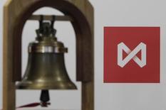 Колокол на фоне логотипа Московской биржи в её помещении в Москве 15 февраля 2013 года. Падение рубля вслед за нефтью привело к разнонаправленным движениям российских фондовых индексов, а среди лидеров роста оказались акции ориентированных на экспорт компаний. REUTERS/Maxim Shemetov