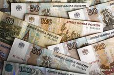 Рублевые купюры в Варшаве 22 января 2016 года. Рубль существенно подешевел на торгах четверга следом за нефтью и на фоне усиления вероятности повышения процентных ставок по доллару после вчерашнего заседания ФРС, что оказало давление на высокодоходные валюты развивающихся рынков. REUTERS/Kacper Pempel
