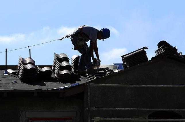 5月4日、第1・四半期の米非農業部門労働生産性は、1年ぶりの低水準となった。写真はカリフォルニア州の住宅建設現場で2010年4月撮影(2017年 ロイター/Mike Blake)