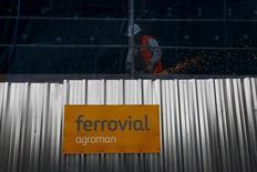 El grupo Ferrovial anunció el jueves un descenso del 54 por ciento de su resultado atribuible por unos menores extraordinarios, que no pudieron verse compensados por la mejoría del rendimiento operativo. En la imagen, un operario en una obra de Ferrovial en Madrid, el 24 de febrero de 2015.  REUTERS/Susana Vera/File Photo