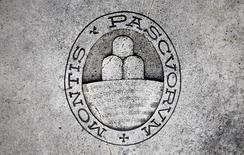 Monte dei Paschi di Siena a annoncé jeudi une perte au titre du premier trimestre et une chute de son ratio de fonds propres à 6,5%. /Photo d'archives/REUTERS/Giampiero Sposito