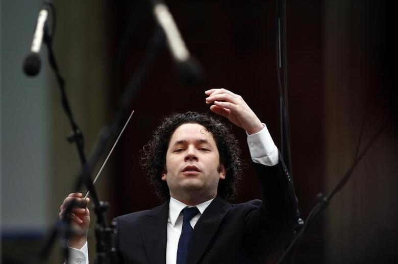 Venezuela's classical music superstar Gustavo Dudamel conducts a concert at the foreign ministry headquarters in Caracas February 15, 2014.   REUTERS/Jorge Silva