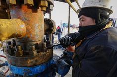 Рабочий на месторождении РД Казмунайгаза в Кызылординской области Казахстана 21 января 2016 года. Казахстан готов вести переговоры о продлении пакта Организации стран-нефтеэкспортеров (ОПЕК), с начала года на 7,5 процента увеличил добычу нефти. Об этом в пятницу сообщил министр энергетики Канат Бозумбаев. REUTERS/Shamil Zhumatov