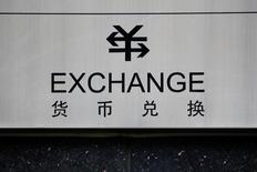 Указатель на обмен валюты в Пекине 3 января 2017 года. Канадский доллар достиг минимума 14 месяцев, а австралийский доллар опустился до четырёхмесячного минимума в пятницу из-за снижения цен на нефть, в то время как японская иена выросла на фоне ухудшения аппетита к риску. REUTERS/Thomas Peter