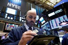 Трейдеры на торгах Нью-Йоркской биржи 3 мая 2017 года. Фондовые индексы США завершили торги четверга вблизи показателей предыдущей сессии, поскольку существенное снижение энергосектора нивелировало рост, связанный с оптимистичными отчётами компаний, а также после того, как Палата представителей США одобрила отмену реформы здравоохранения. REUTERS/Brendan McDermid