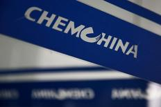 Le chinois ChemChina a obtenu un soutien suffisant des actionnaires de Syngenta pour boucler son offre de 43 milliards de dollars (39,14 milliards d'euros) sur le géant suisse des pesticides et des semences, ont annoncé vendredi les deux groupes. /Photo prise le 3 février 2017/REUTERS/Thomas Peter