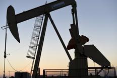 Una caída en los precios del petróleo pesaba el viernes sobre las bolsas europeas, aunque los principales índices regionales se mantenían cerca de los máximos recientes tras una semana de subidas espoleadas por un alivio en las preocupaciones políticas, sólidos resultados empresariales y alentadores datos macroeconómicos. En la imagen, instalaciones petrolíferas de Devon Energy Production Company cerca de Guthrie, Oklahoma, 15 de septiembre de 2015. REUTERS/Nick Oxford
