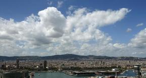 Renta Corporación dijo el viernes que la socimi con el fondo pensiones holandés APG que anunció la víspera cuenta ya con un capital comprometido de 130 millones de euros para financiar parcialmente compras futuras de inmuebles. Imagen de archivo de una vista panorámica de Barcelona en la que se ve el espacio comercial Maremagnum en el puerto viejo de la ciudad, el 16 de agosto de 2015. REUTERS/Albert Gea