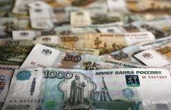 Рублевые банкноты в Варшаве 22 января 2016 года. Рубль пытается закрепиться в плюсе после обновления локальных минимумов - на его стороне сейчас разворот нефти в плюс, продажи валютной выручки по выгодному для экспортеров рублевому курсу, фиксация прибыли и закрытие позиций перед длинными российскими выходными. REUTERS/Kacper Pempel