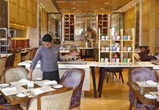 InterContinental Hotels Group (IHG) a fait état vendredi d'un deuxième trimestre d'affilée de forte croissance de son revenu par chambre et annoncé le départ de son directeur général, Richard Solomons, fin juin. /Photo d'archives/REUTERS/Anindito Mukherjee