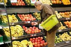Покупатели в супермаркете Виктория в Москве 20 октября 2016 года. Потребительские цены в России в апреле 2017 года выросли на 4,1 процента к аналогичному периоду прошлого года и на 0,3 процента по отношению к предыдущему месяцу, согласно данным Росстата. REUTERS/Maxim Zmeyev