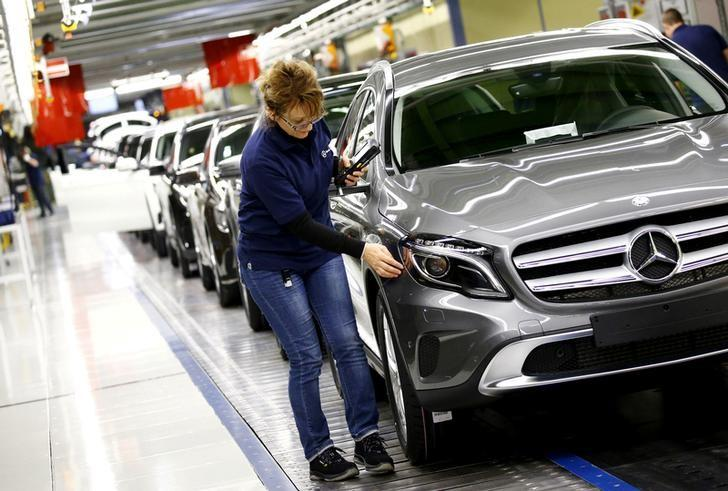 Employees of German car manufacturer Mercedes Benz make final adjustments at the end of the Mercedes A class (A-Klasse) production line at the factory in Rastatt, Germany, January 22, 2016.    REUTERS/Kai Pfaffenbach/File Photo