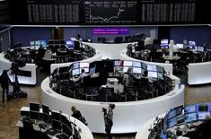 Les Bourses européennes ont clôturé en nette hausse vendredi, encouragées par le rebond des prix du pétrole, un bon rapport sur l'emploi aux Etats-Unis et la perspective d'une victoire d'Emmanuel Macron à l'élection présidentielle en France. A Paris, le CAC 40 a terminé en hausse de 1,12% à 5.432,40 points. Le Footsie britannique a gagné 0,68% et le Dax allemand a avancé de 0,55%. /Photo prise le 5 mai 2017/REUTERS/