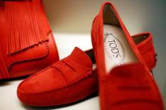 Le groupe de luxe italien Tod's a annoncé vendredi qu'il pourrait éprouver des difficultés à répondre aux attentes du marché en termes des bénéfices pour cette année après que le chiffre d'affaires des trois premiers mois de 2017 a reculé plus que prévu. /Photo d'archives/REUTERS/Max Rossi