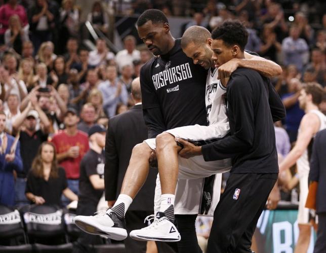 5月5日、NBAのスパーズは、チームの司令塔トニー・パーカー(右から2人目)が左四頭筋腱断裂の修復手術を受け、成功したと明らかにした。テキサス州サンアントニオで3日撮影(2017年 ロイター/Soobum Im-USA TODAY Sports)