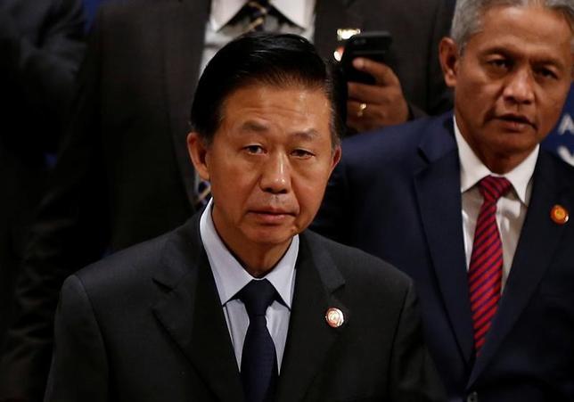 5月6日、中国の肖捷財政部長(中央)は、横浜市で開かれているアジア開発銀行(ADB)年次総会に出席し、同国のシルクロード経済圏構想「一帯一路」に対する支持を求めた(2017年 ロイター/Issei Kato)