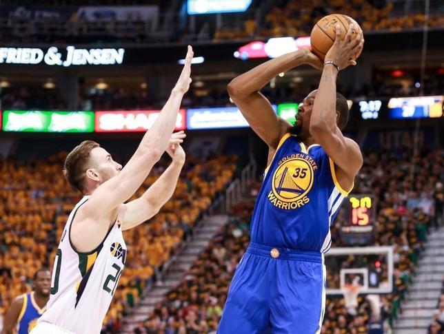 5月6日、NBAプレーオフ、西カンファレンス準決勝の第3戦、ウォリアーズがジャズを102─91で下した。ケビン・デュラント(右)が38得点、13リバウンドと活躍(2017年 ロイター/Chris Nicoll-USA TODAY Sports)