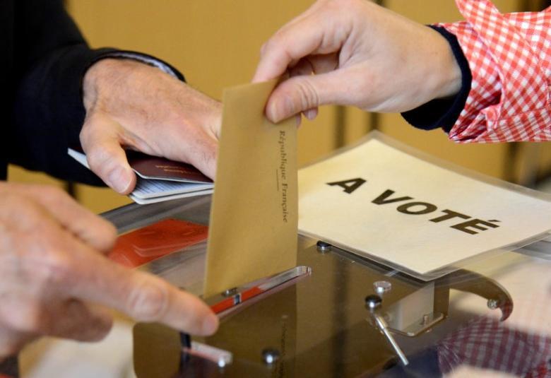 2017年5月6日,法国驻华盛顿大使馆,一名旅美的法国公民参加法国大选投票。REUTERS/Mike Theiler