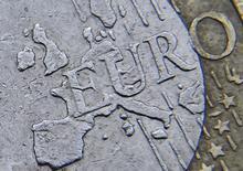 L'euro a franchi dimanche le seuil de 1,10 dollar pour la première fois depuis l'élection de Donald Trump à la présidence des Etats-Unis et a inscrit un plus haut d'un an contre le yen en réaction à la large victoire d'Emmanuel Macron à l'élection présidentielle française. /Photo d'archives/REUTERS/Toby Melville